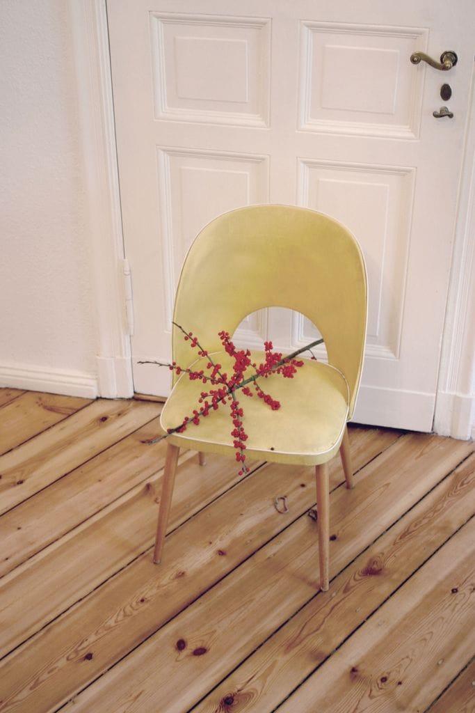 Stuhl mit Deko auf Dielen Fußboden