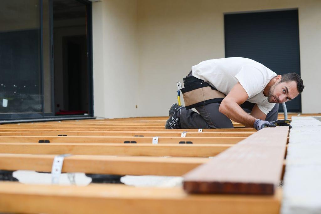 Fußbodenleger beim Verlegen